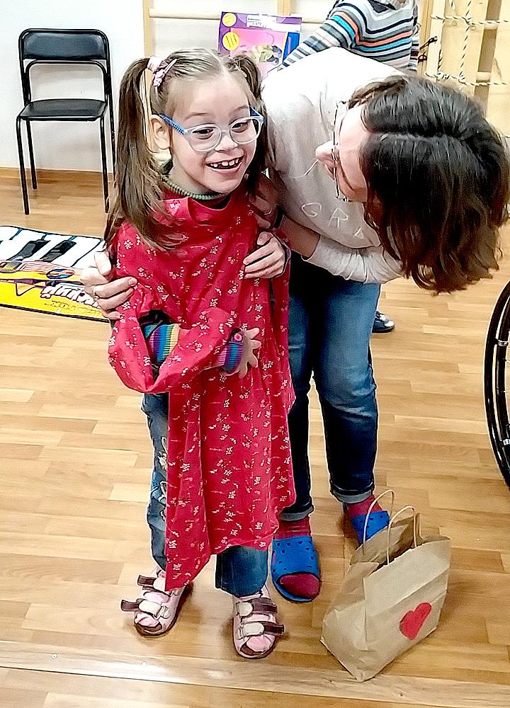 Воспитанница Свято-Софийского социального дома Ангелина радуется заветному рождественскому подарку