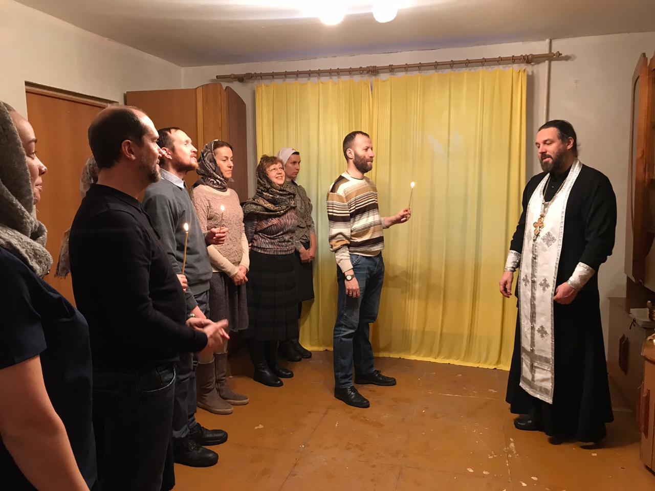 Руководитель отдела социального служения Екатеринбургской епархии протоиерей Евгений Попиченко отслужил молебен в адаптационной квартире для бездомных