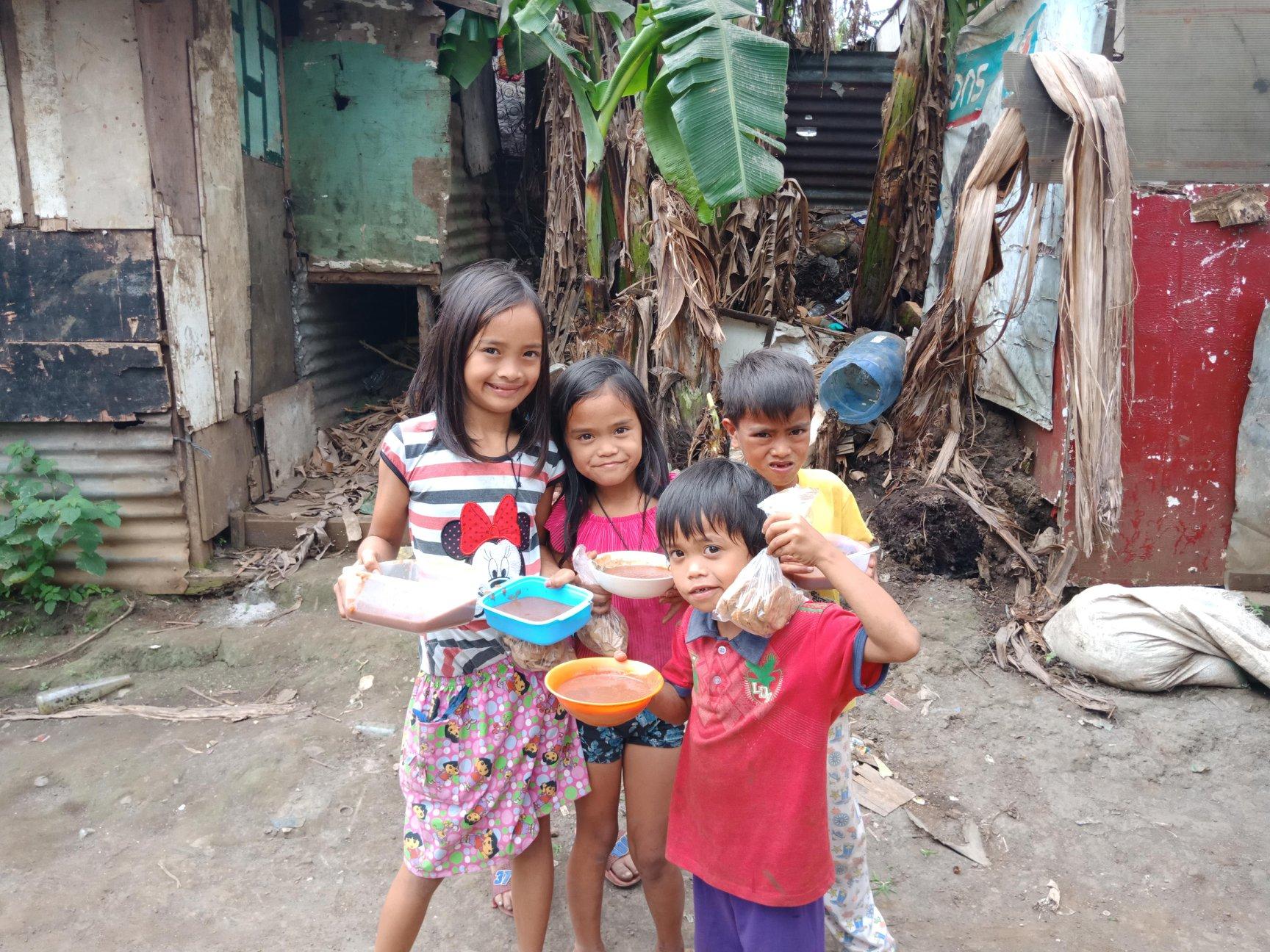 Для пострадавших православные волонтеры готовят рис с овощами, сухофруктами и специальным витаминным комплексом