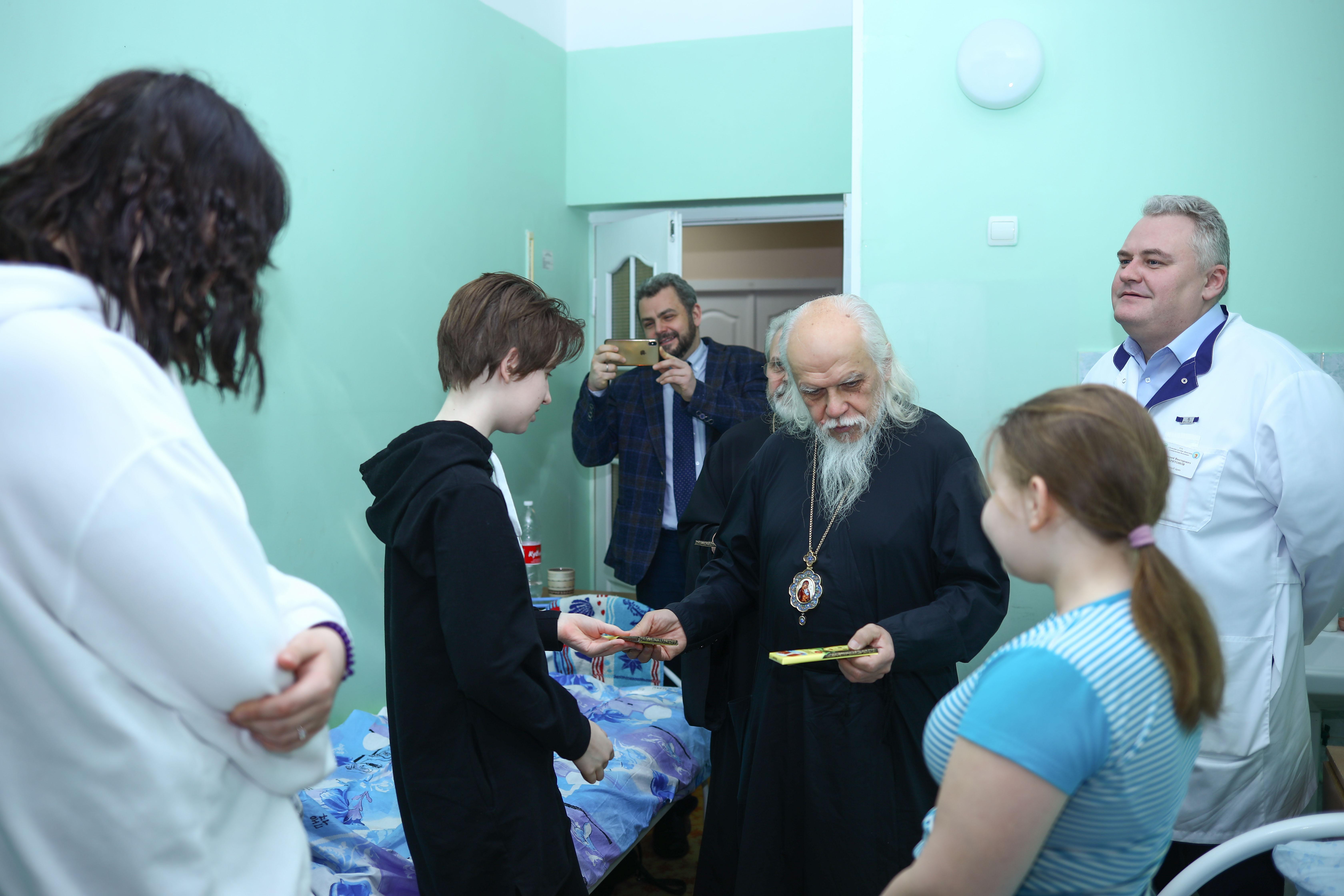 Председатель Синодального отдела навестил пациентов детской областной больницы. Фото: пресс-служба Тульской митрополии