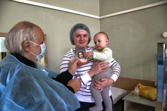 Епископ Пантелеимон во время посещения детского отделения туберкулезной клиники №2. 08.10.2013