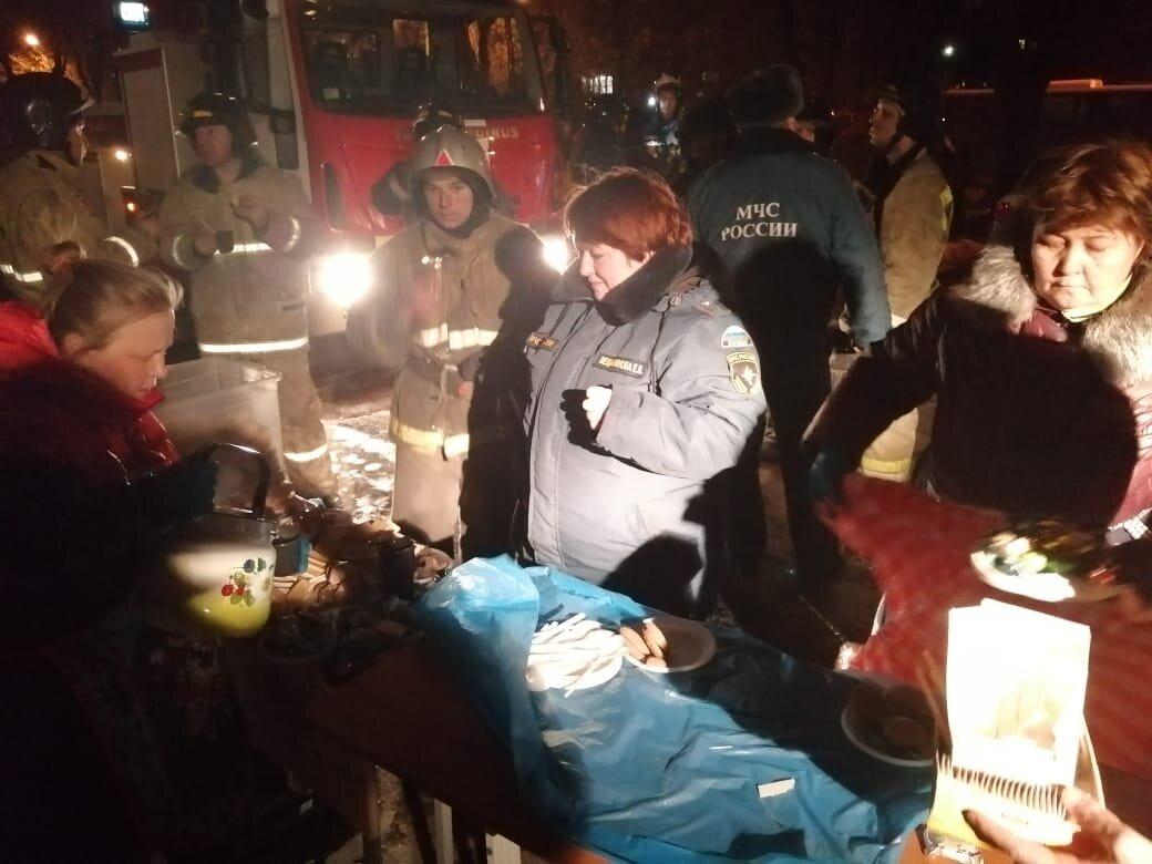 Сотрудники и волонтеры епархии на месте трагедии обеспечивают горячим питанием тех, кто работает на месте взрыва