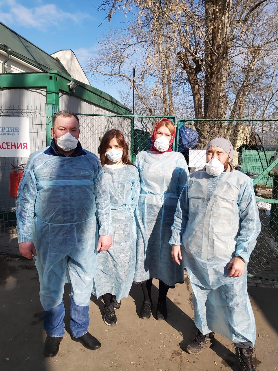 Сотрудники центра помощи бездомным «Ангара спасения» службы «Милосердие»
