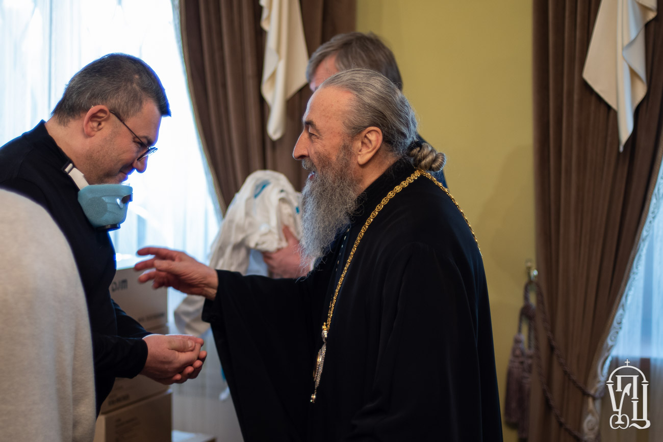 Митрополит Киевский Онуфрий передал Александровской больнице средства защиты для медиков и аппарат искусственного дыхания