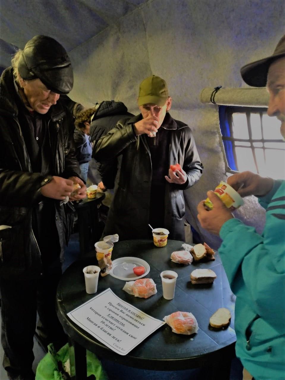 Во время пандемии москвичи вместе со службой «Милосердие» дистанционно отмечают дни рождения с бездомными