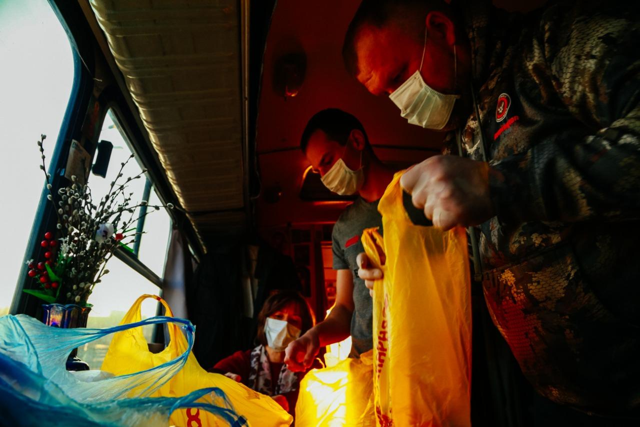 Добровольцы Православной Службы Милосердия в Екатеринбурге раздают продуктовые наборы нуждающимся людям