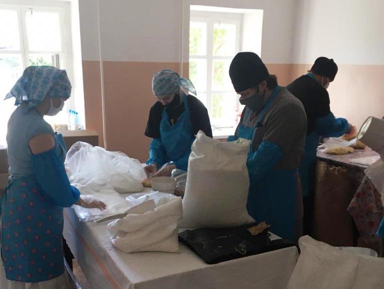 Епископ Бийский Серафим принял участие в фасовке продуктовых наборов для нуждающихся
