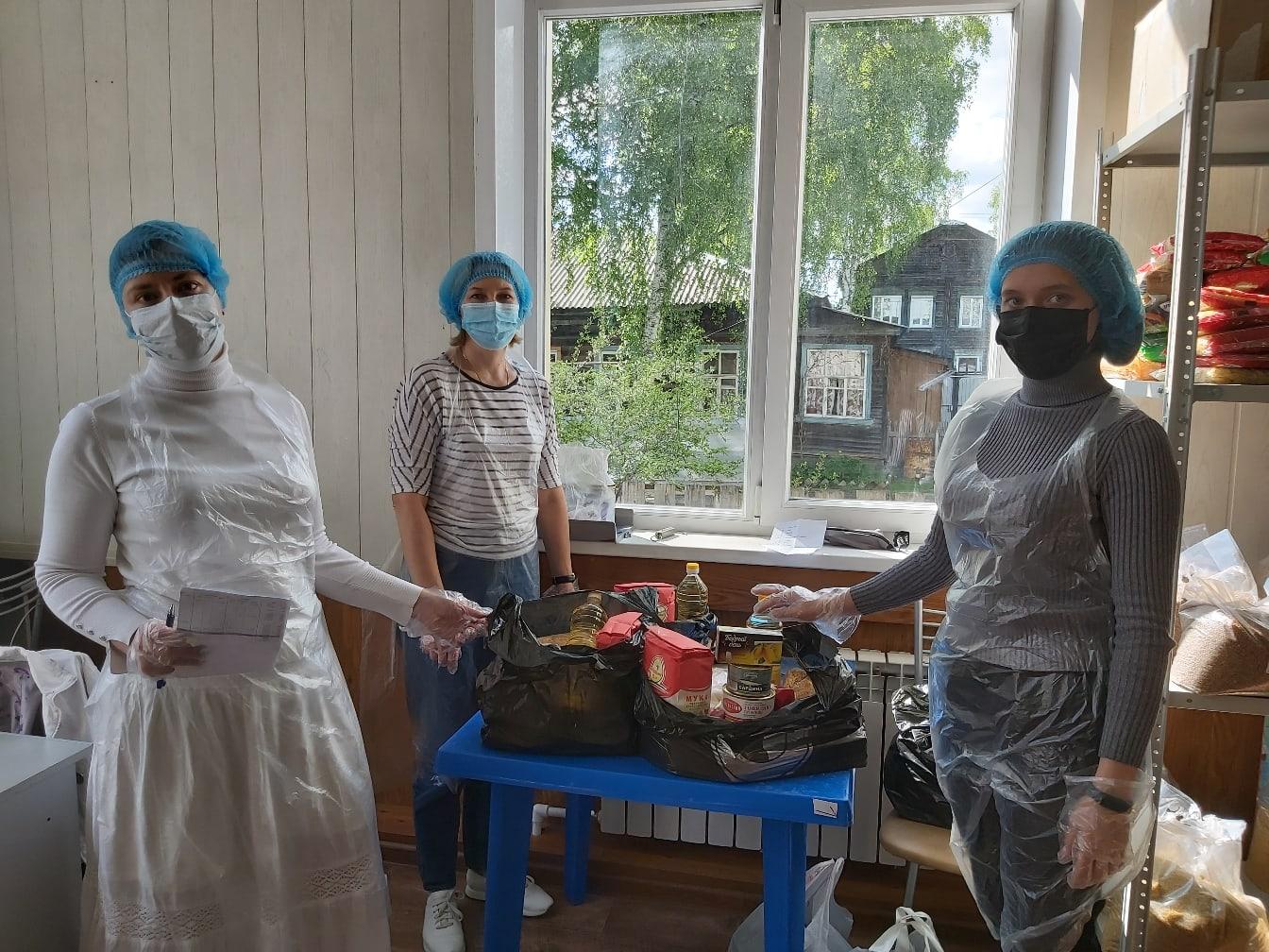 Фасовка продуктовых наборов в социальном отделе Серовской епархии