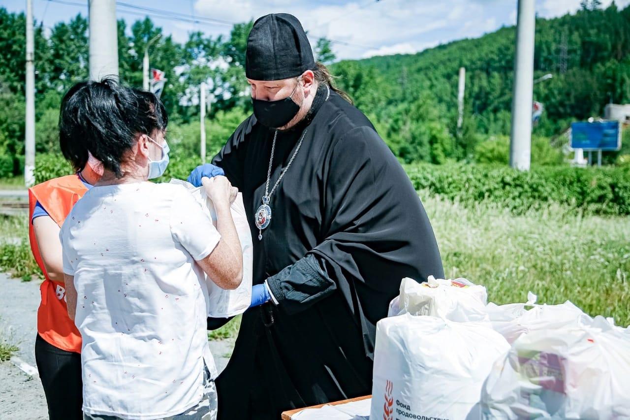 Епископ Златоустовский и Саткинский Викентий передает гуманитарную помощь нуждающимся семьям
