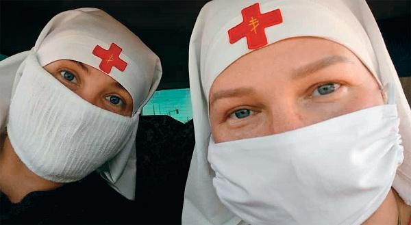 Елена Иванова (слева) и Надежда Хохлова едут развозить продуктовые пакеты в пригороды Бишкека