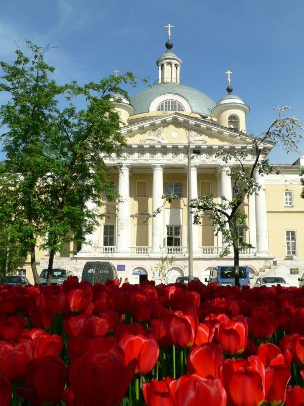 Свято-Димитриевское училище сестер милосердия находится в здании храма царевича Димитрия при Первой Градской больнице Москвы (на фото)