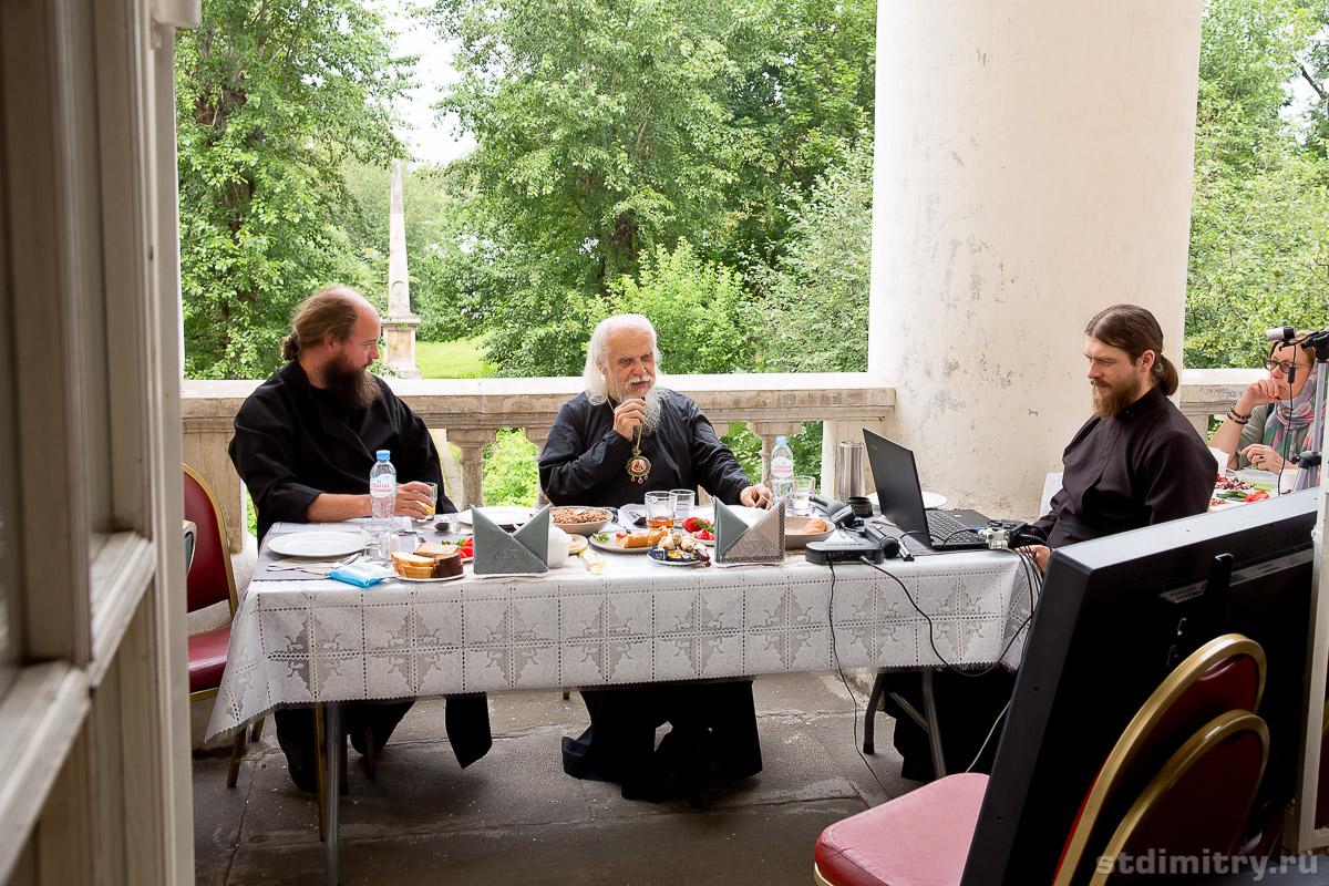 На фото: епископ Пантелеимон (в центре), руководитель московской службы добровольцев «Милосердие» иерей Иоанн Захаров (слева), помощник председателя Синодального отдела диакон Игорь Куликов. Фото: Игорь Модин