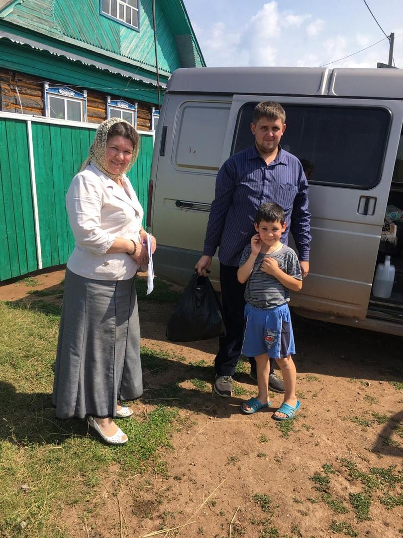 Сотрудники социального отдела Нефтекамской епархии развозят продуктовую помощь нуждающимся