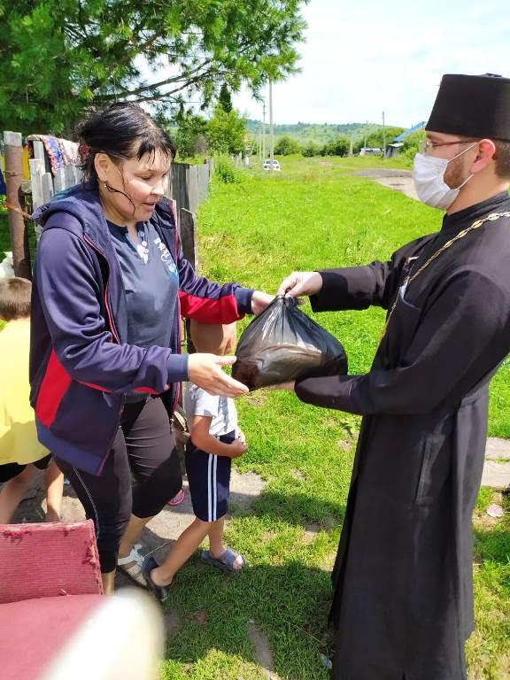 Передача продуктовых наборов семьям в Бийской епархии