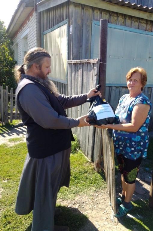 Передача продуктовой помощи в селе Гладковское Курганской области