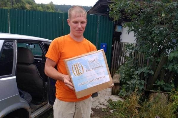 Волонтеры доставляют пострадавшим продуктовые наборы Фонда святой Екатерины