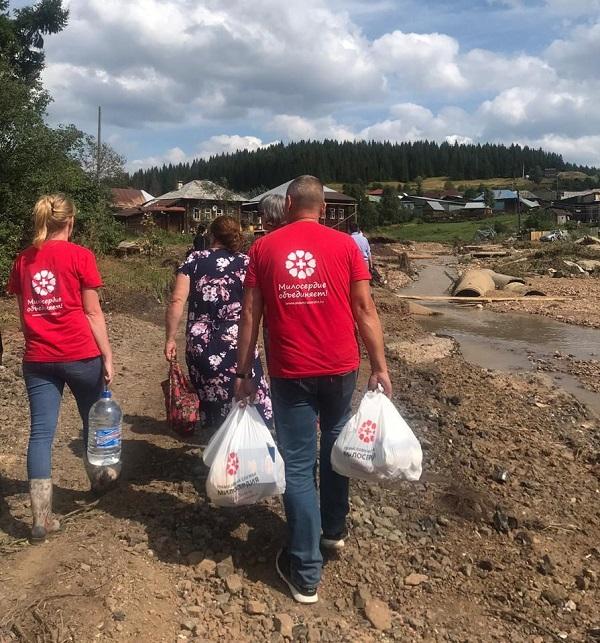 Волонтеры Екатеринбургской Православной Службы Милосердия разносят по домам гуманитарную помощь