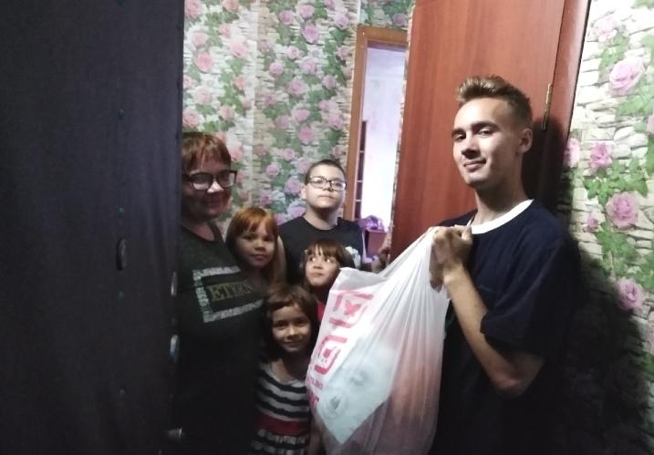 Передача добровольцами продуктовой помощи нуждающимся в Новокузнецке