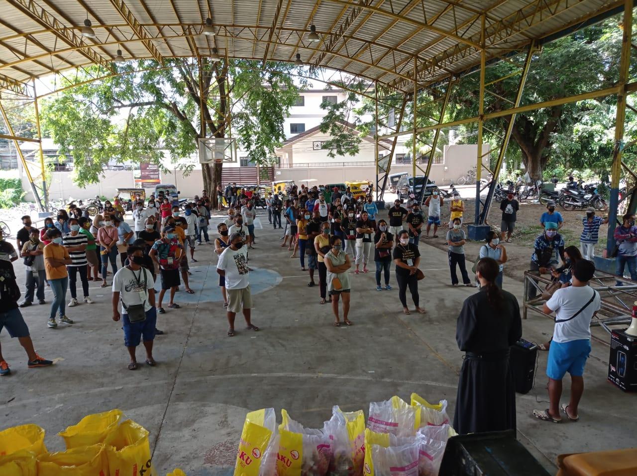 Передача продуктовой помощи нуждающимся филиппинцам в Давао