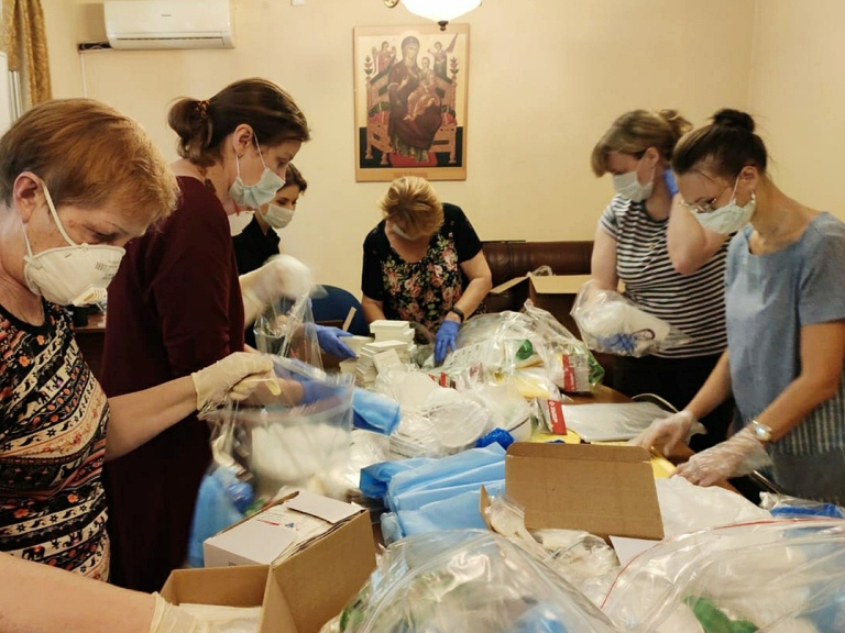 Церковь и Ассоциация волонтерских центров передали регионам средства индивидуальной защиты от COVID-19