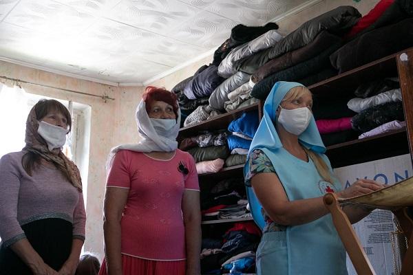Сотрудники гуманитарного склада в Межениновке на молебне на начало доброго дела