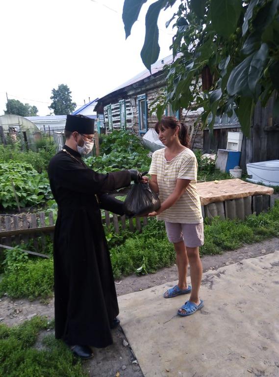 Передача продуктовой помощи нуждающимся в Бийской епархии