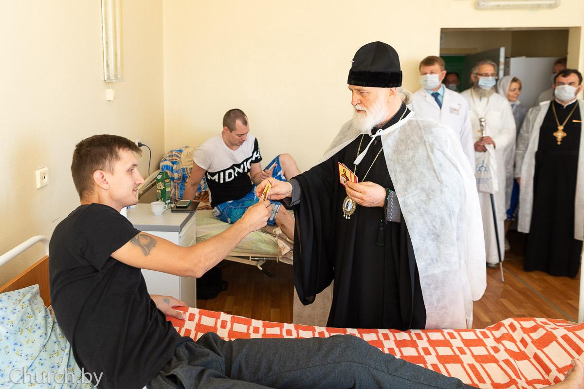 Митрополит Минский и Заславский Павел передает иконку врача-страстотерпца Евгения Боткина пострадавшему