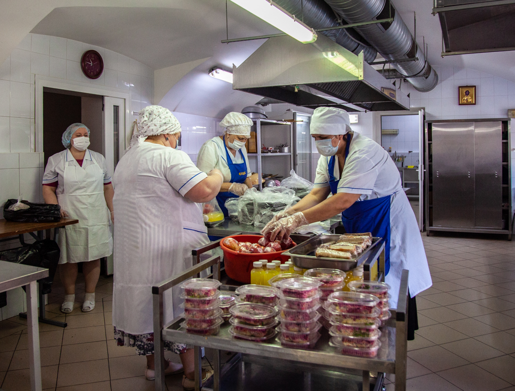 Фасовка обедов в трапезной Саратовской духовной семинарии для врачей COVID-госпиталя