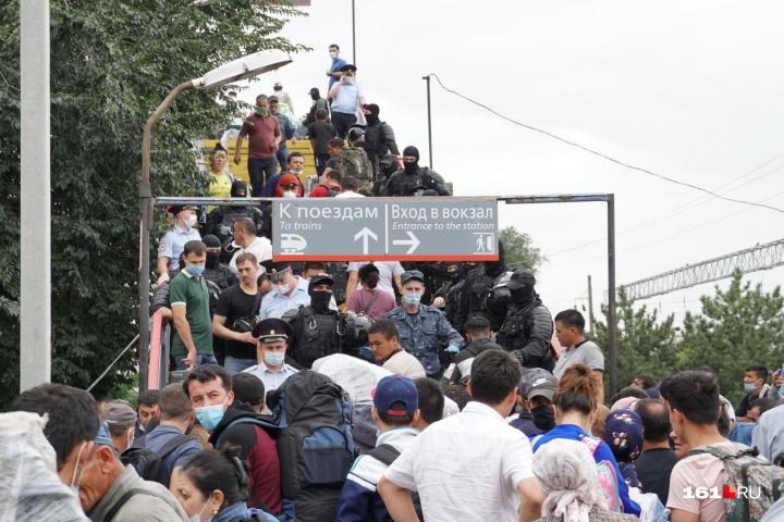 Люди из палаточного лагеря на железнодорожной станции в Ростове-на-Дону. Фото с сайта 161.RU