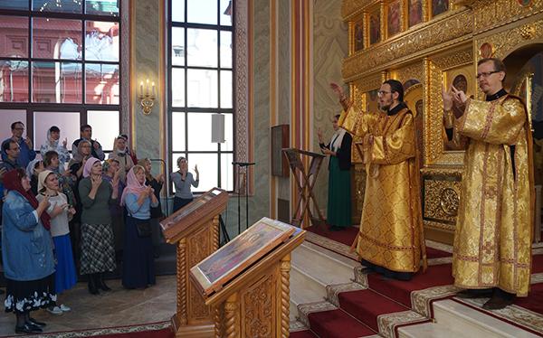 Божественная литургия с сурдопереводом в Международный день глухих в Князь-Владимирском храме бывшего Епархиального дома, в главном здании ПСТГУ. 24 сентября 2017 год