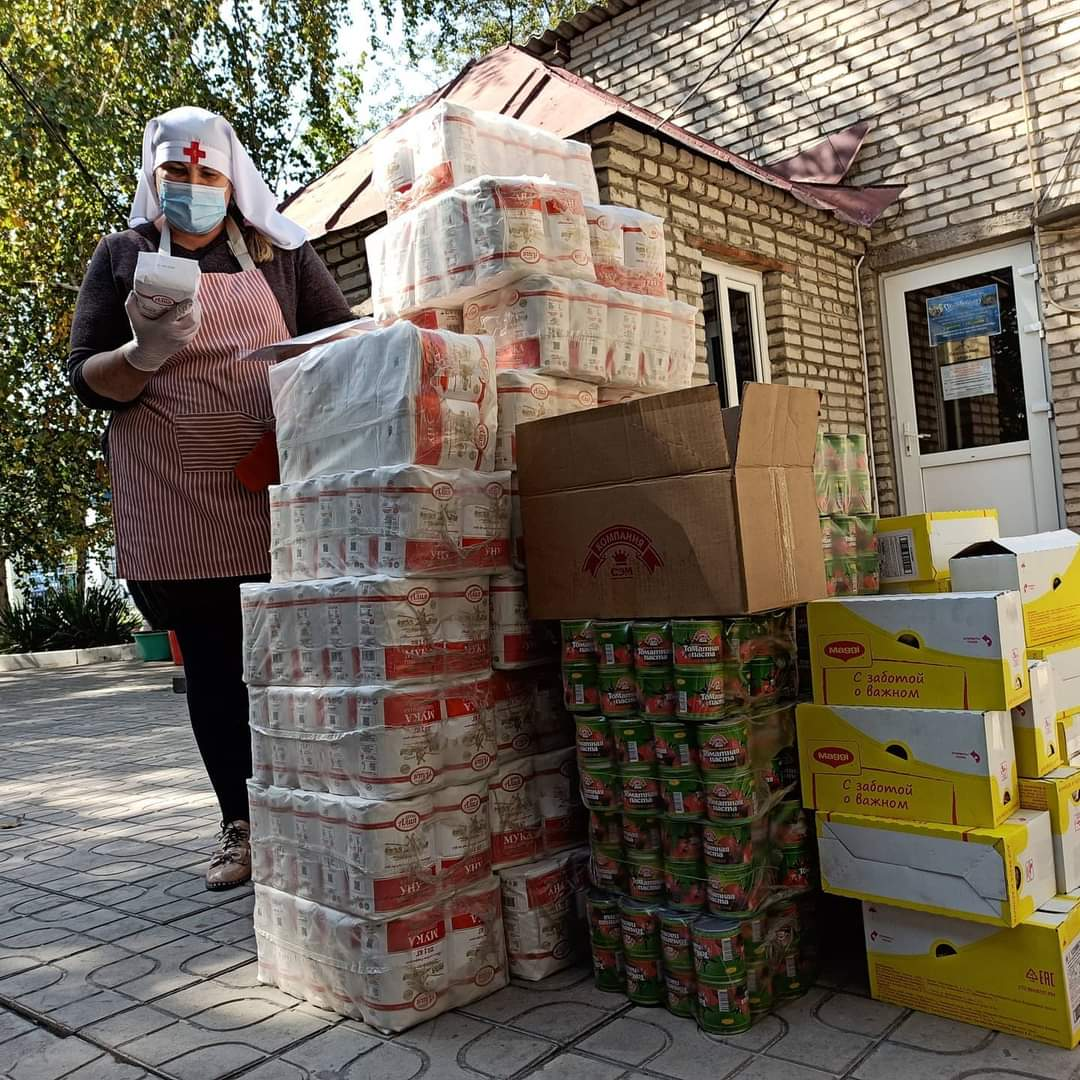 Сестры милосердия Бишкекской епархии занимаются фасовкой продуктовой помощи