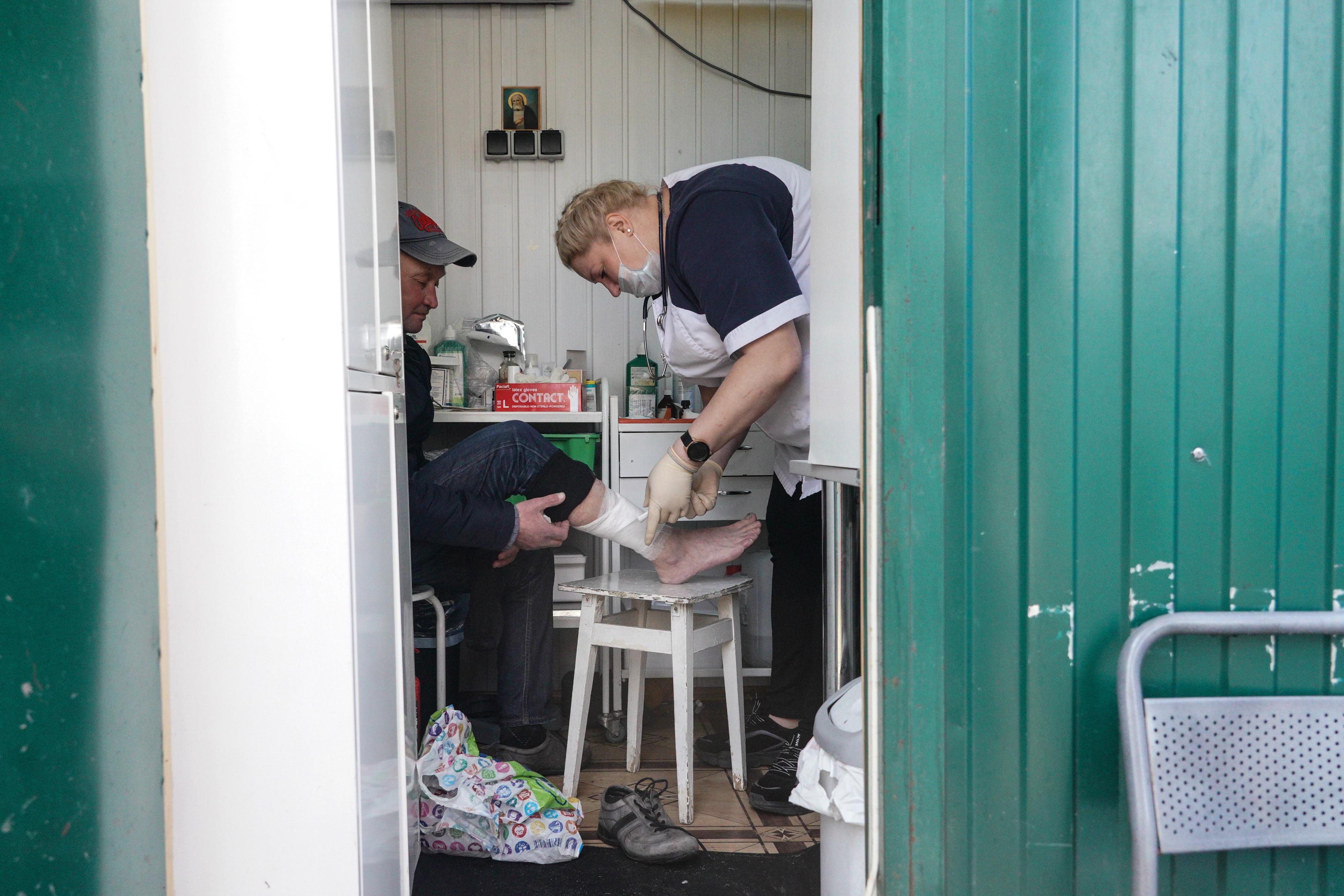 Оказание первой медицинской помощи бездомным добровольцами в «Ангаре спасения» православной службы «Милосердие» в Москве