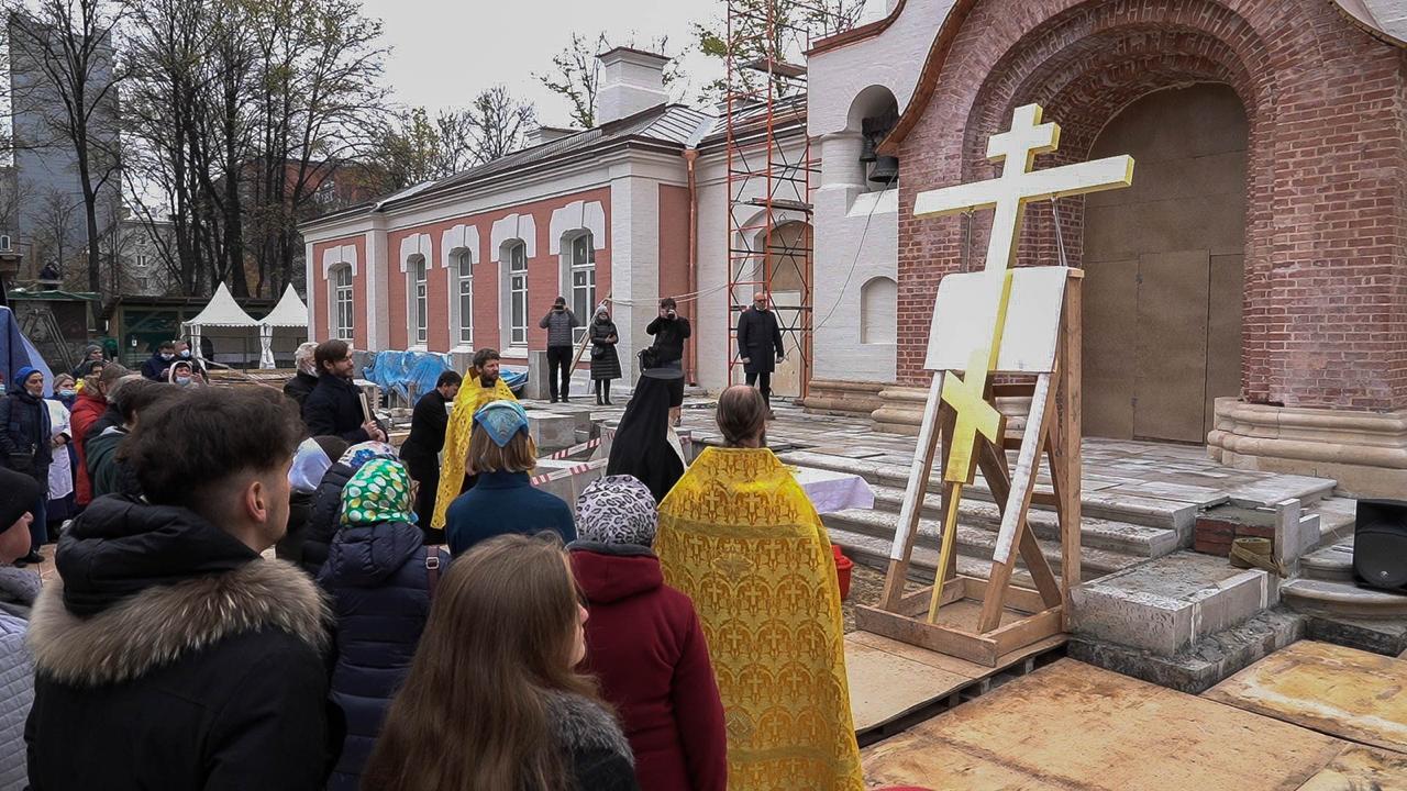 Председатель Синодального отдела по благотворительности епископ Пантелеимон совершает молебен на воздвижение креста