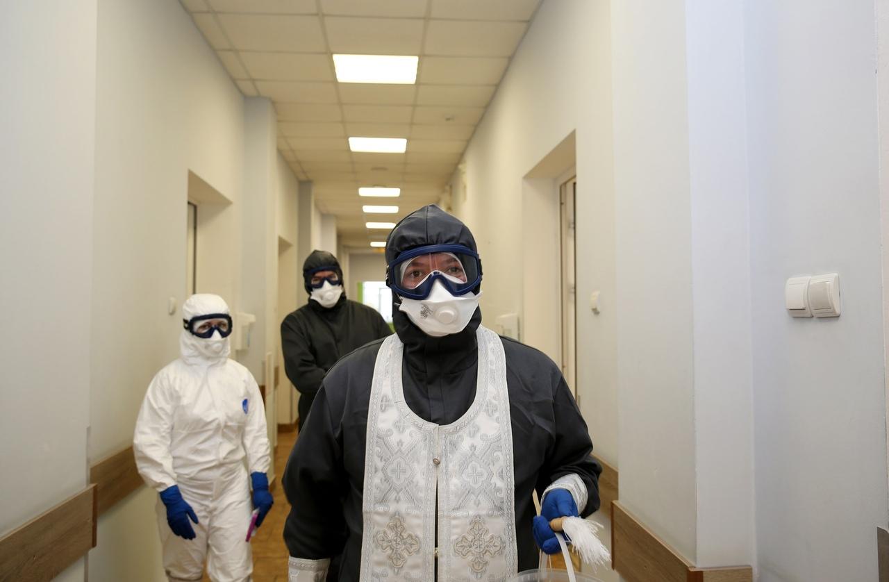 Руководитель социального отдела Калужской епархии протоиерей Алексий Пелевин посещает больных в COVID-центре Больницы скорой медицинской помощи в Калуге