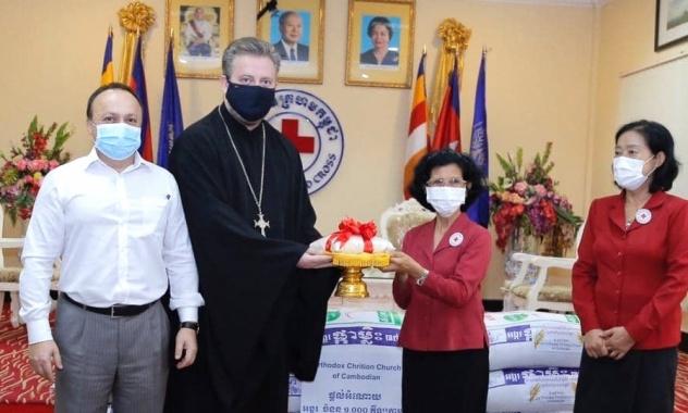Передача риса для пострадавших от наводнений в Камбодже