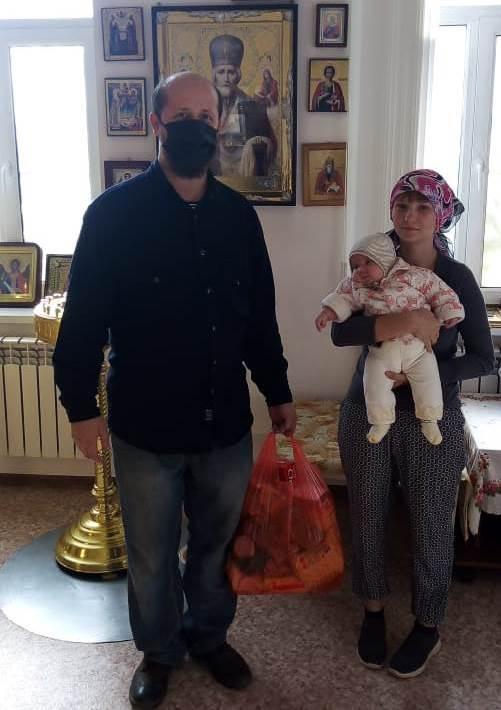 Передача продуктовой помощи нуждающимся семьям в Урюпинской епархии