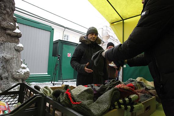 Раздача теплых вещей бездомным в «Ангаре спасения» православной службы «Милосердие» в Москве