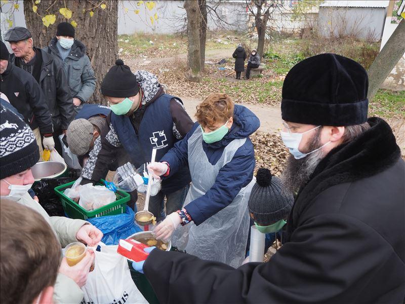 Митрополит Смоленский и Дорогобужский Исидор раздает горячие обеды нуждающимся
