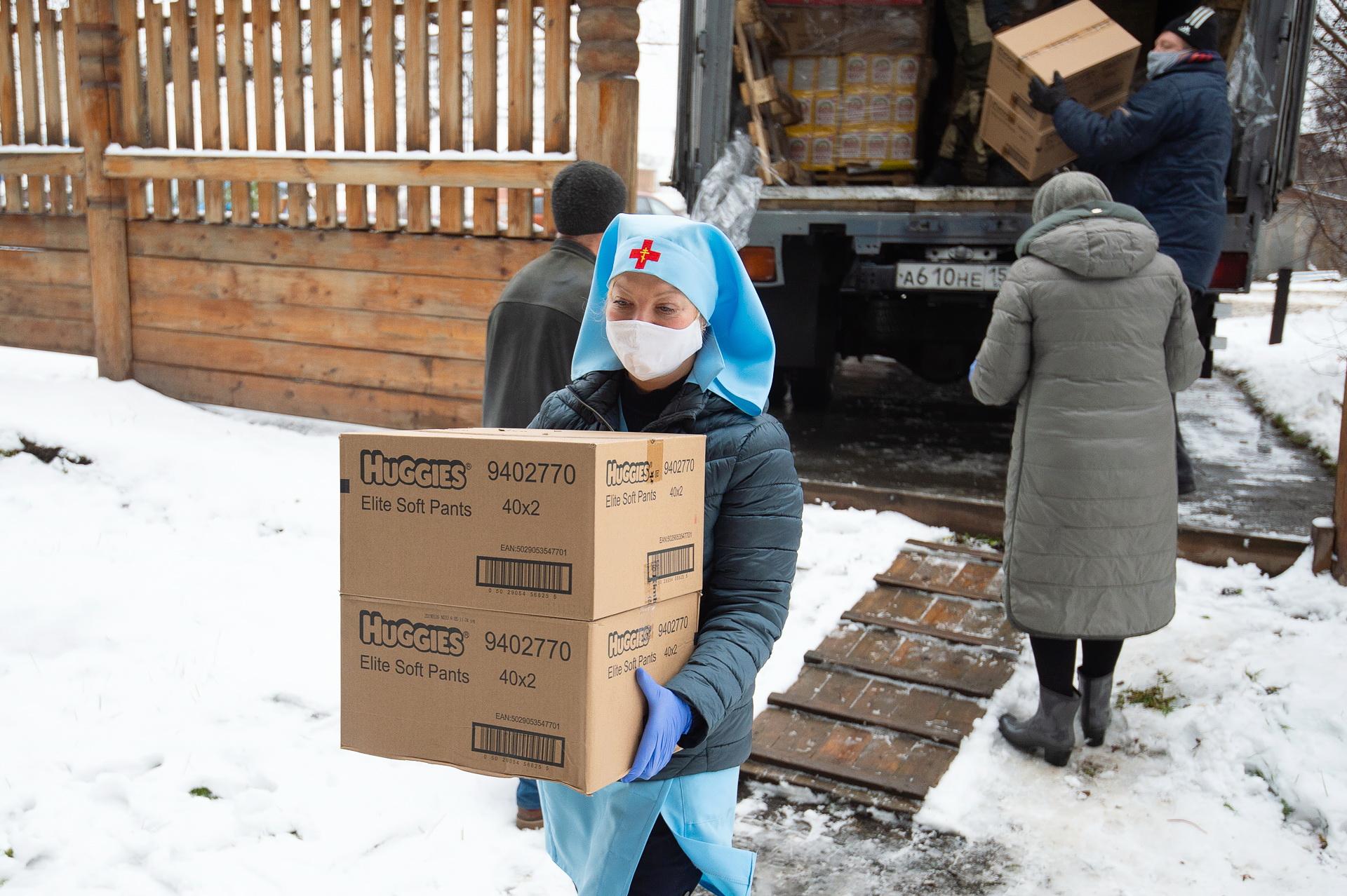Разгрузка гуманитарной помощи в Томской епархии