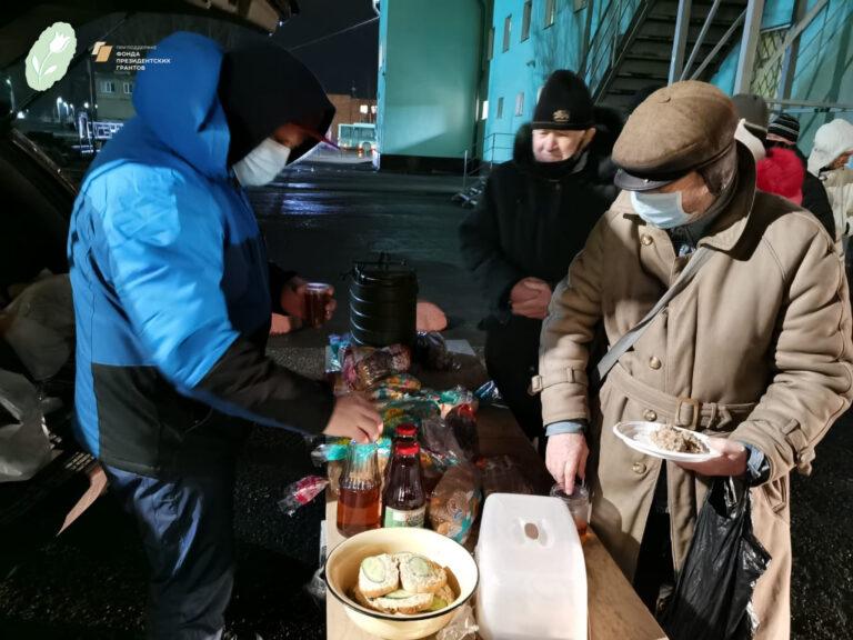 Раздача горячих обедов бездомным православными добровольцами в Пскове
