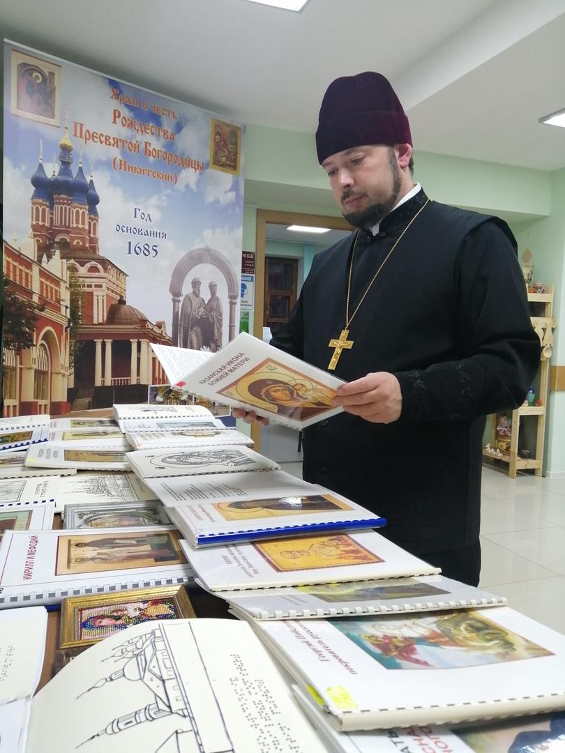 Руководитель социального отдела Калужской епархии протоиерей Алексий Пелевин на выставке «На пути к свету»