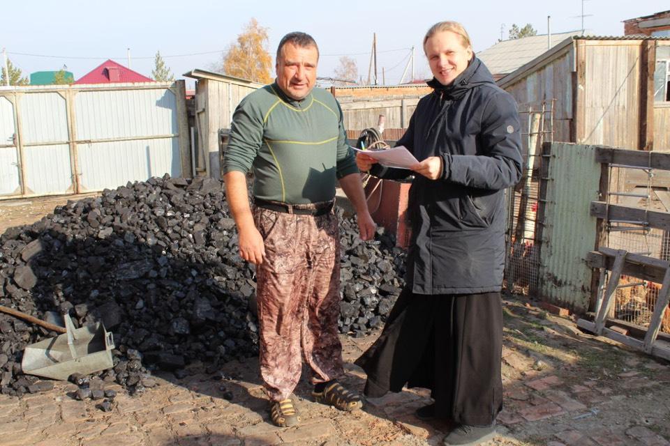 Передача угля нуждающимся семьям в Славгородской епархии