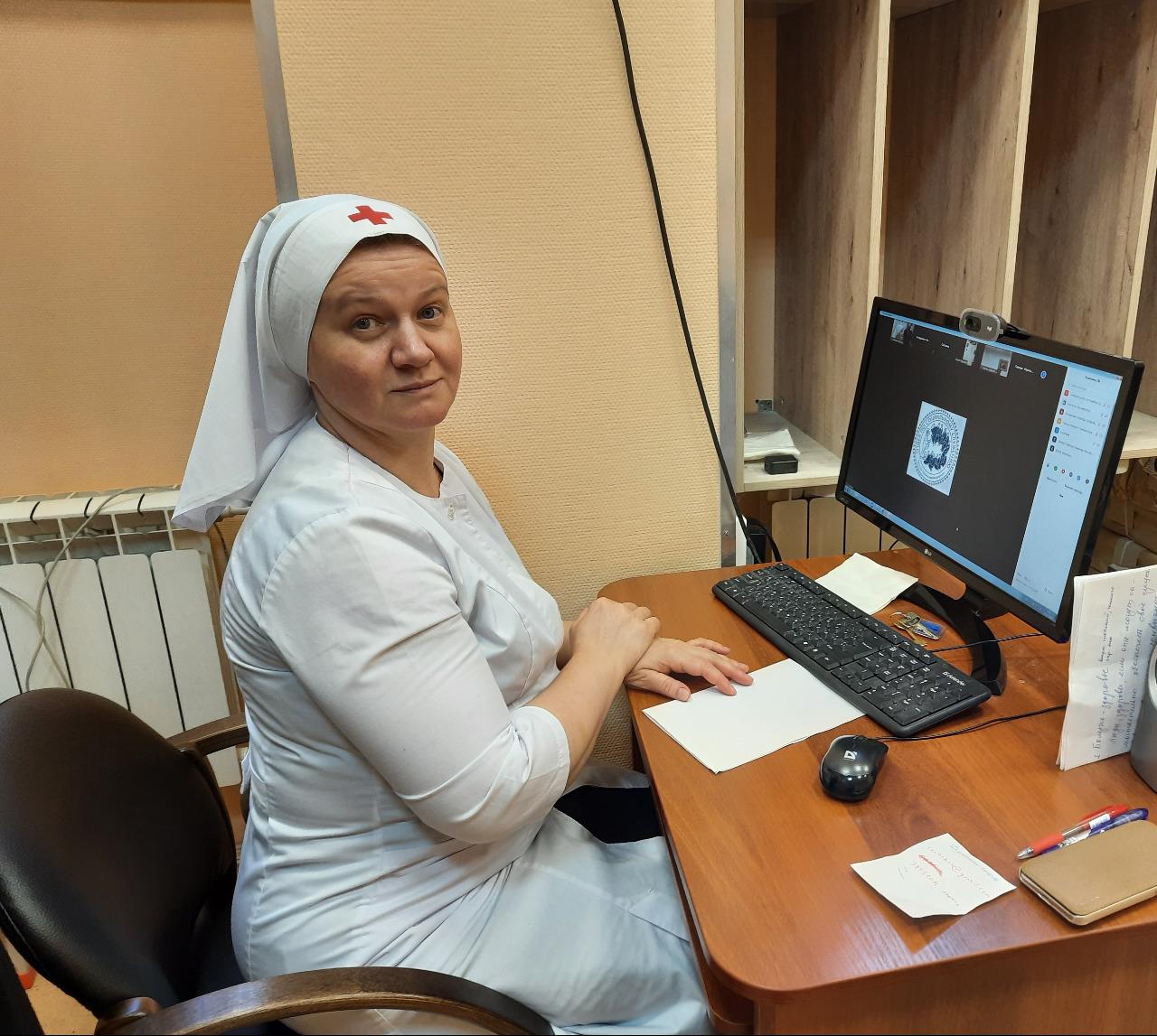 Преподаватель Учебного центра Татьяна Кравченко проводит занятия для сестер милосердия