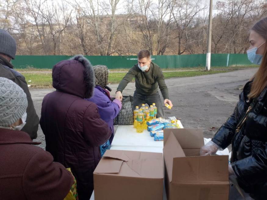 Передача добровольцами Украинской Православной Церкви продуктовой помощи нуждающимся