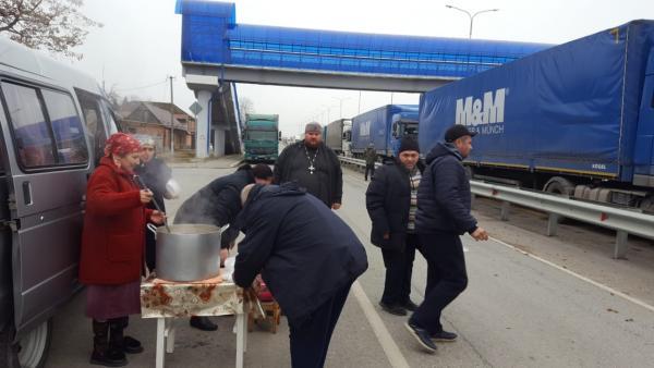 Водители большегрузов получают горячее питание