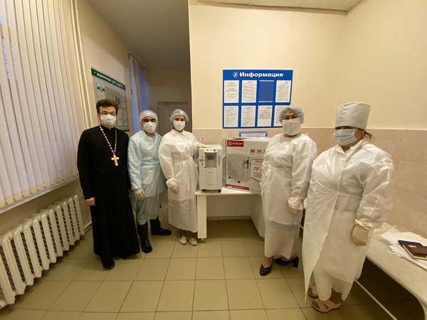 Священник Сергий Другов и сотрудники ГОБУЗ «Боровичская ЦРБ»