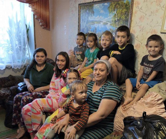 Многодетная семья, получившая продуктовую помощь в Скопинской епархии