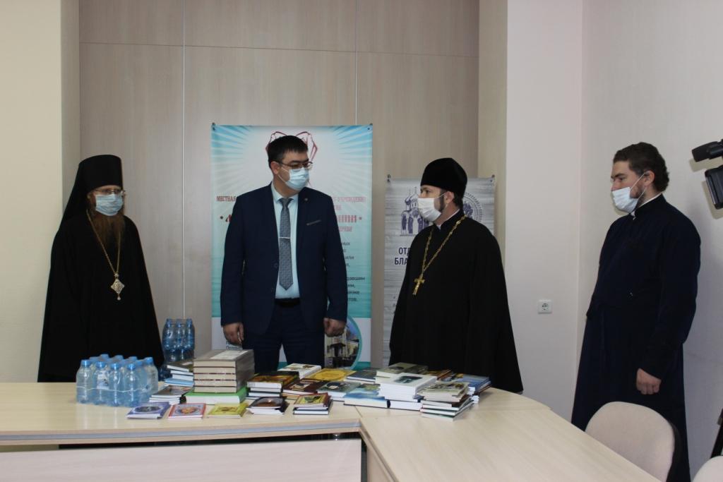 Калужская епархия передает комплекты духовной литературы для COVID-больных представителям министерства здравоохранения Калужской области