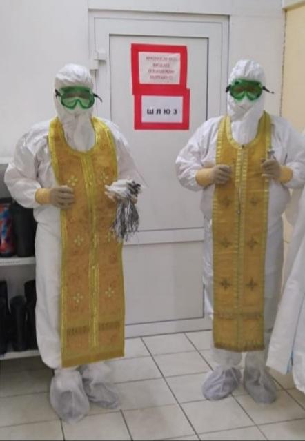 Священники в костюме СИЗ перед посещением красной зоны больницы