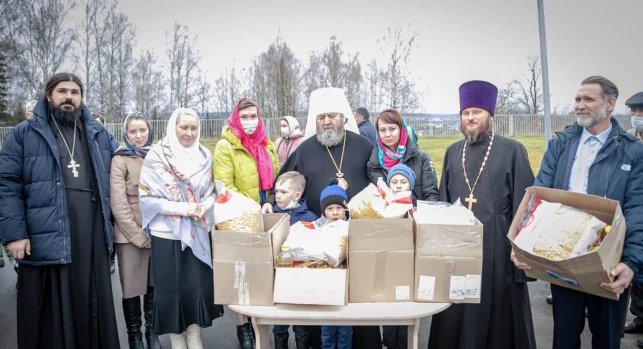 Митрополит Ижевский и Удмуртский Викторин передает продуктовую помощь нуждающимся семьям